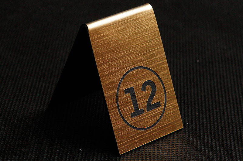 Plastikowy numerek na stół w kolorze złoto czarnym