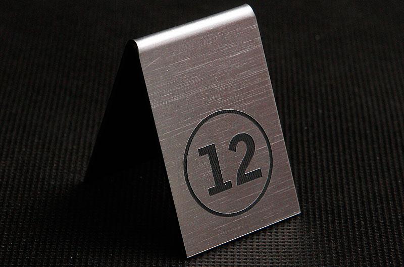Plastikowy numerek na stolik w kolorze srebrno czarnym