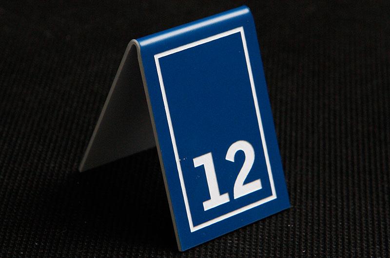 Plastikowy numerek na stół w kolorze niebiesko białym