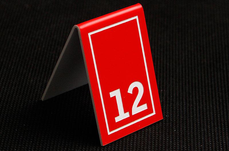 Plastikowy numerek na stolik w kolorze czerwono białym