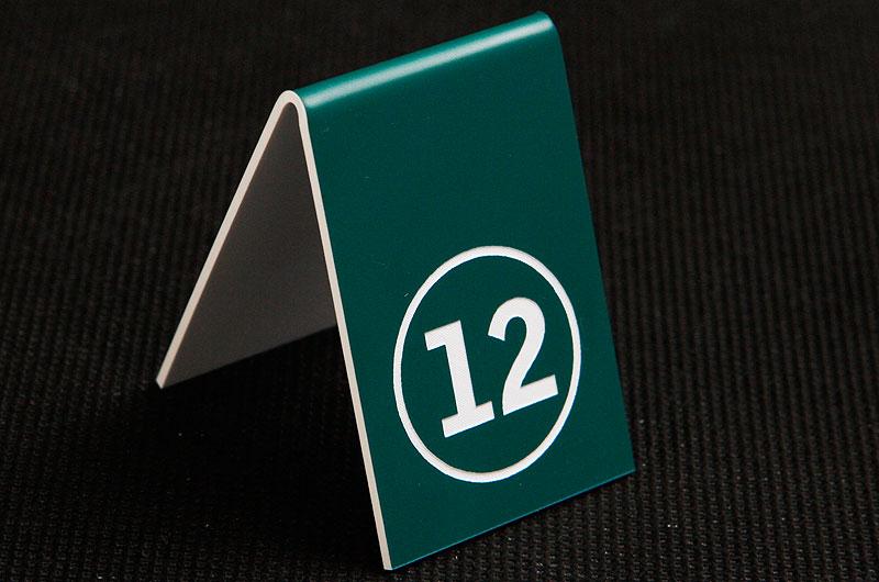 Plastikowy numerek na stolik w kolorze zielono białym