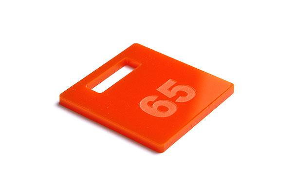 Numerek do szatni lub do kluczy na pomarańczowej pleksi