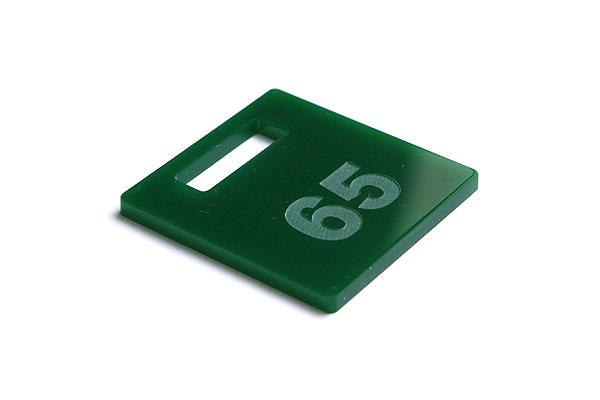 Numerek do szatni na ciemno zielonej pleksi