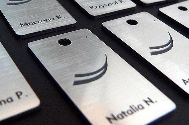 Grawerowane srebrno-czarne imienne numerki do kluczy