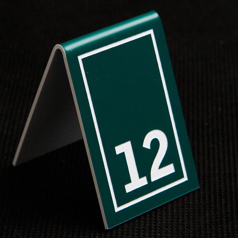 Grawerowany numerek na stolik zielono biały prostokąt