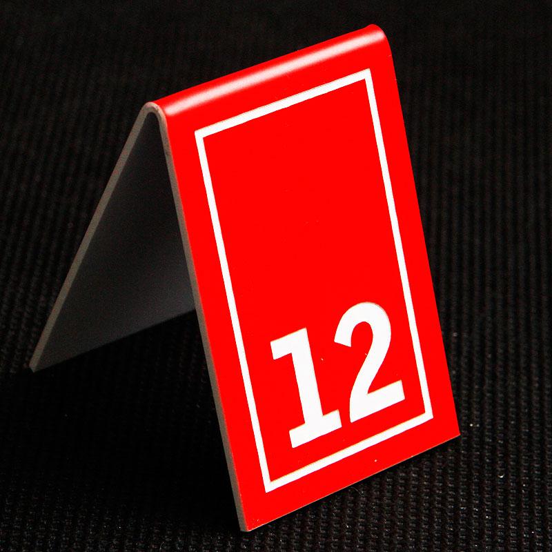Grawerowany numerek na stolik czerwono biały prostokąt