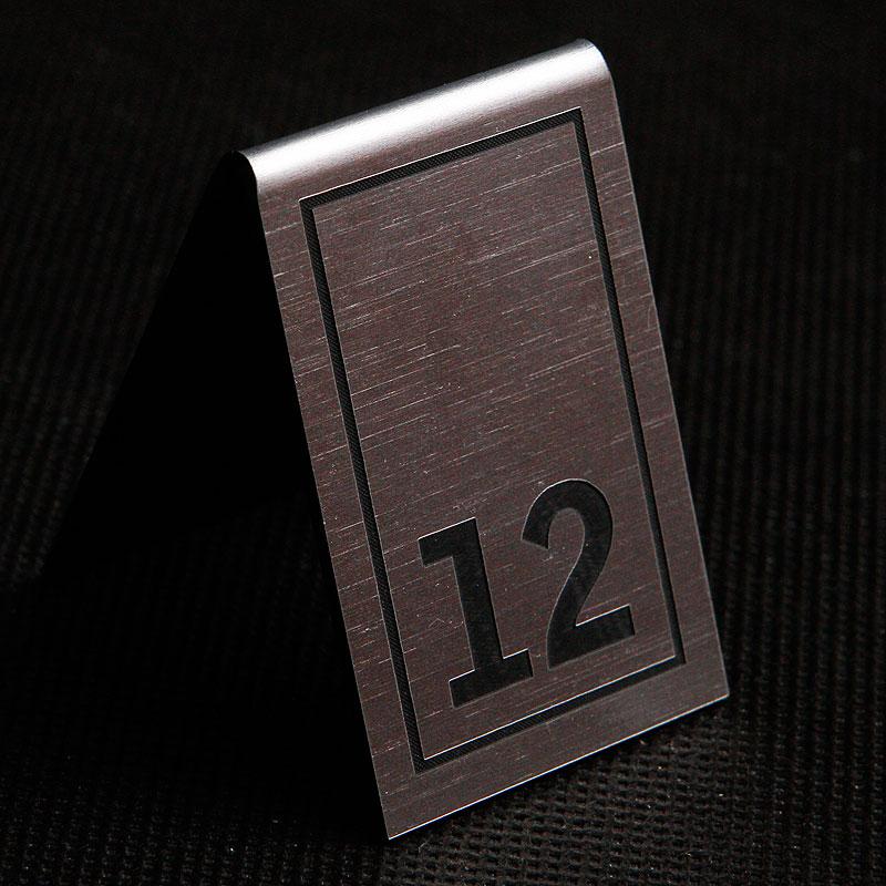 Grawerowany numerek na stolik srebrno czarny prostokąt