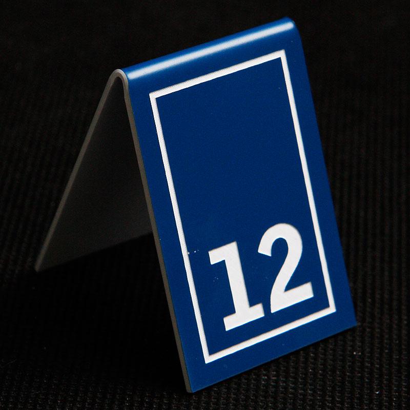 Grawerowany numerek na stolik niebiesko biały prostokąt