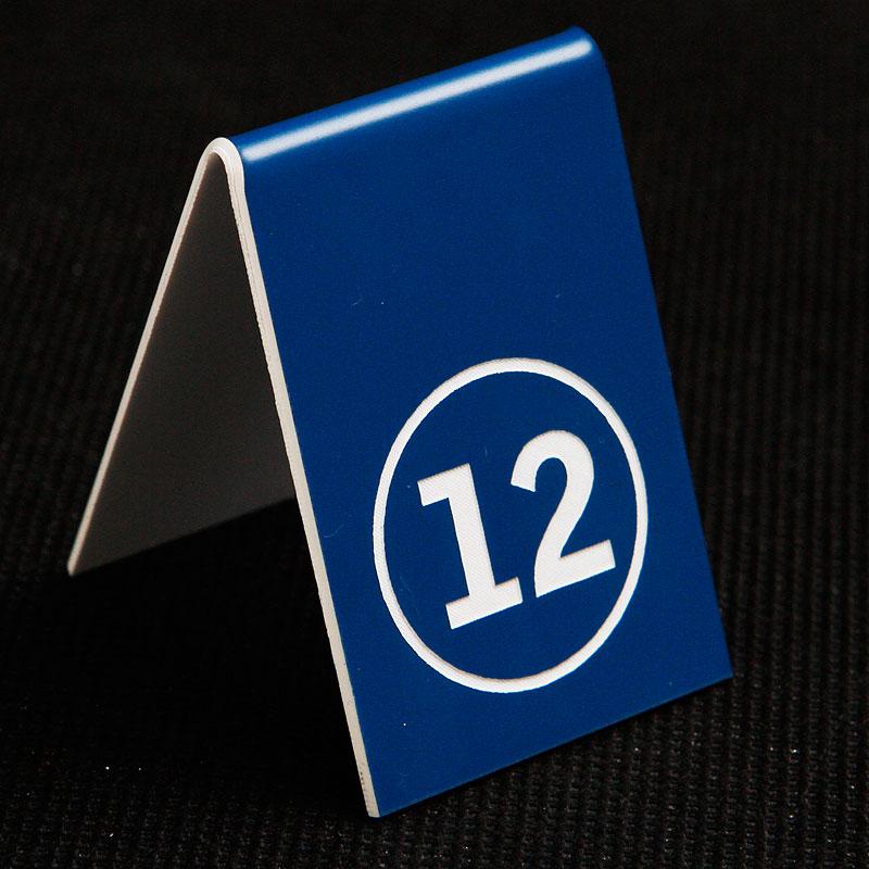 Grawerowany numerek na stolik niebiesko biały kółko