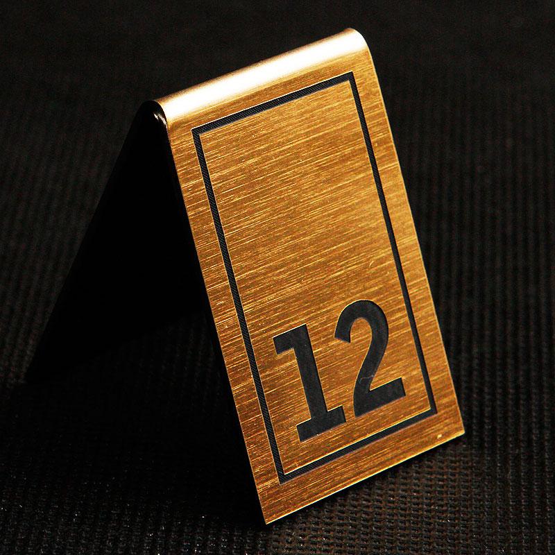 Grawerowany numerek na stolik złoto czarny prostokąt