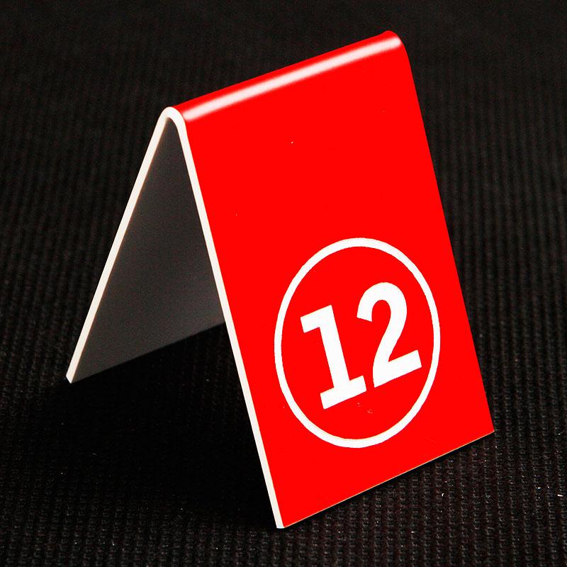 Grawerowany numerek na stolik czerwono biały kółko