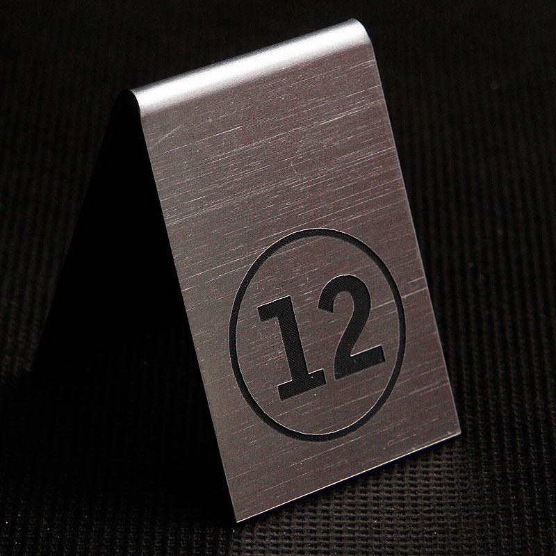 Grawerowany numerek na stolik srebrno czarny kółko
