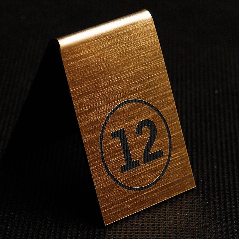 Grawerowany numerek na stolik złoto czarny kółko