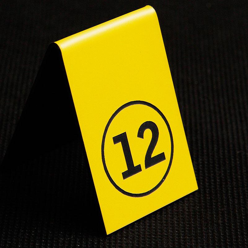 Grawerowany numerek na stolik żółto czarny kółko