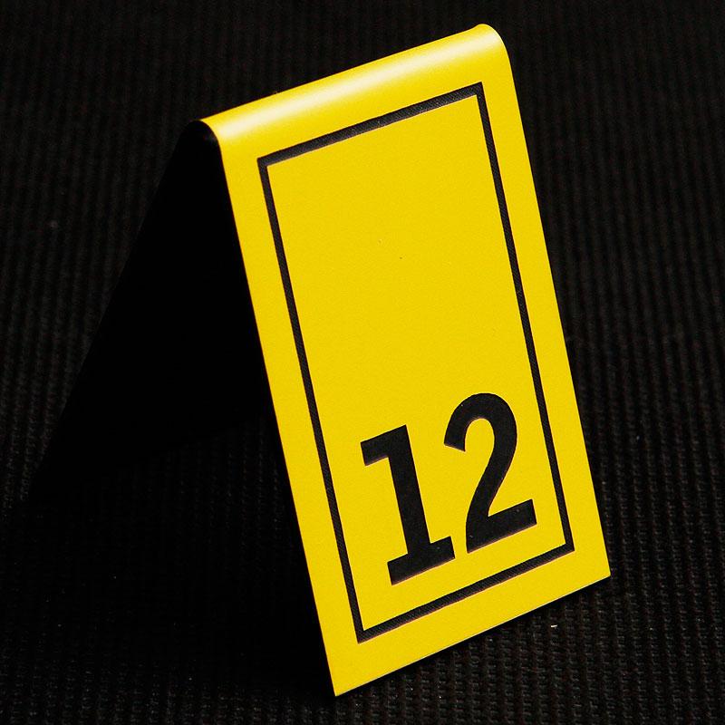 Grawerowany numerek na stolik żółto czarny prostokąt