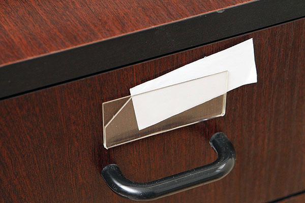 Bezbarwna kieszonka na wymienny numerek ze ściętym narożnikiem i białą kartką