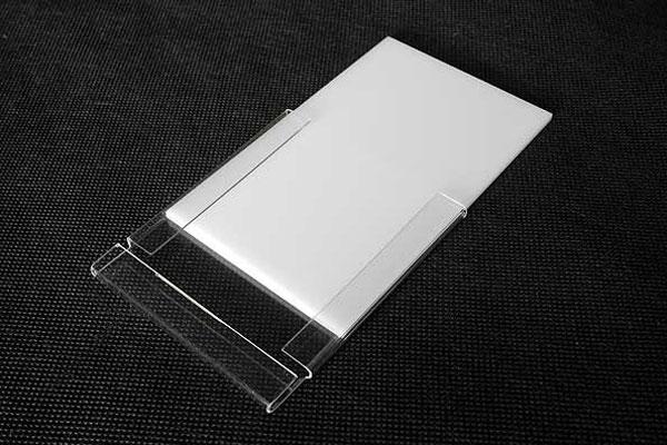 Bezbarwna kieszonka na wymienny numerek białym grubym kartonem