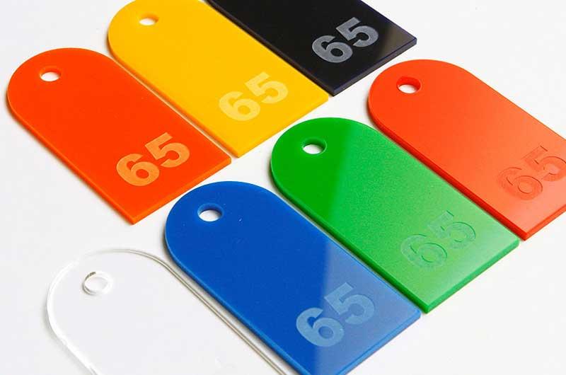 Prostokątne zaokrąglone numerki do kluczy grawerowane na pleksi