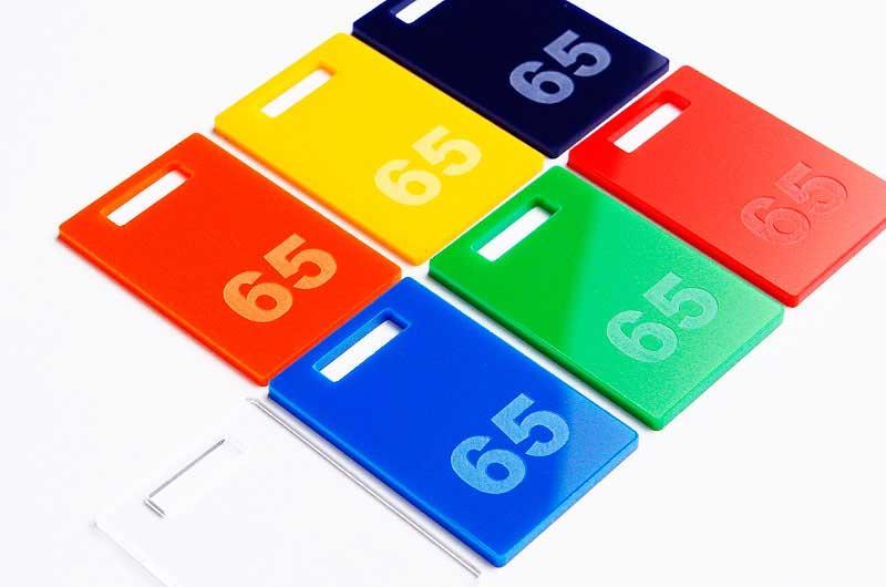 Prostokątne kolorowe numerki do kluczy grawerowane na pleksi z prostokątnym otworem