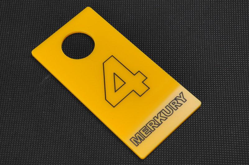 Żółto-czarny numerek do przymierzalni przebieralni