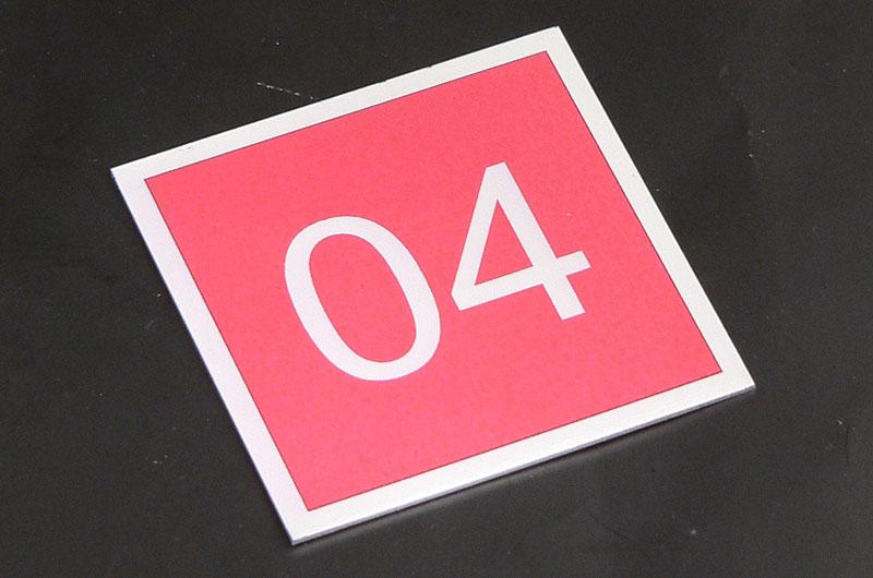 Metalowy numerek na drzwi
