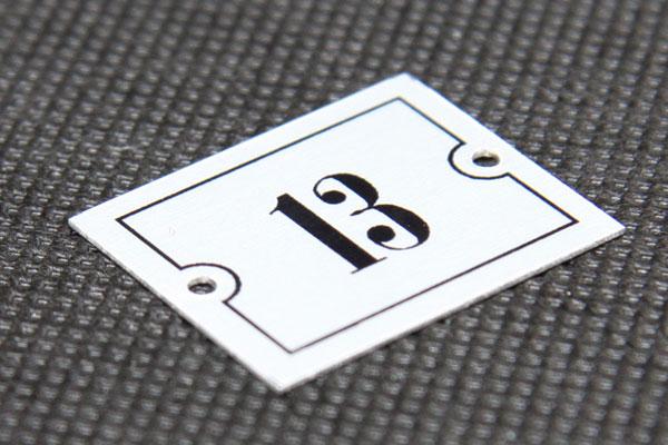 Metalowy numerek na krzesło fotel na stadionie, oznakowanie siedzeń na stadionie