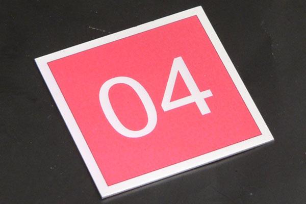 Metalowy numerek na krzesło fotel, czerwono-srebrny samoprzylepny
