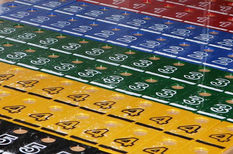 Produkcja numerków do kluczy z grawerem barwionym na biało