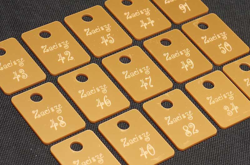 Złote grawerowane numerki do kluczy