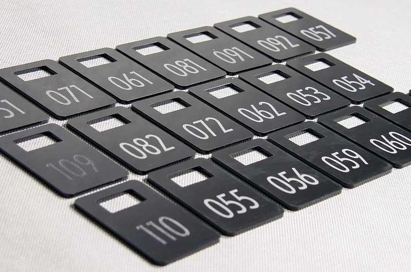 Czarne grawerowane numerki do kluczy z prostokątnym otworem