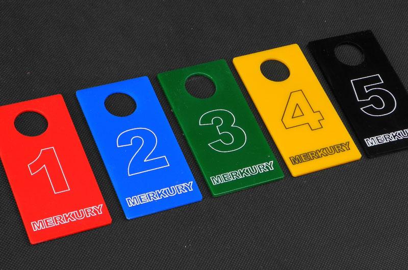 Kolorowe numerki do przymierzalni przebieralni