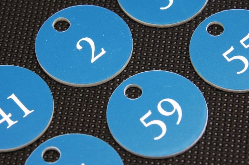 Niebiesko-białe marki narzędziowe grawerowane