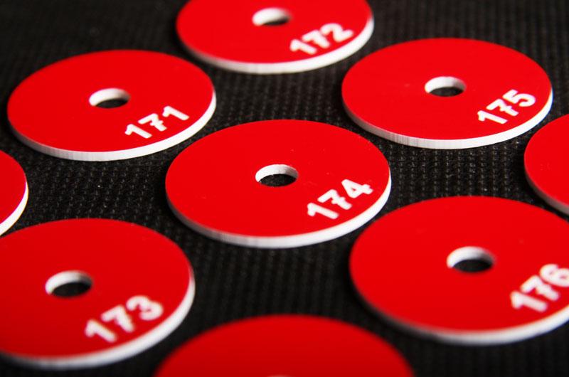 Czerwono białe marki narzędziowe grawerowane