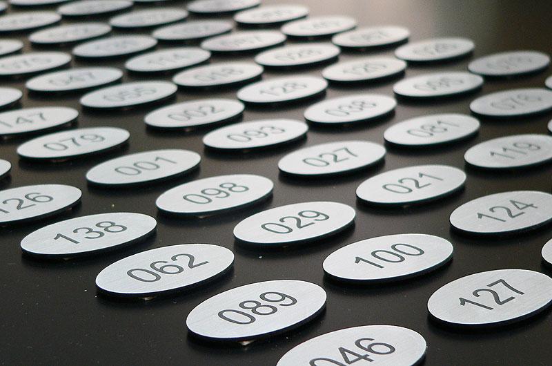 Owalne srebrne numery na drzwi