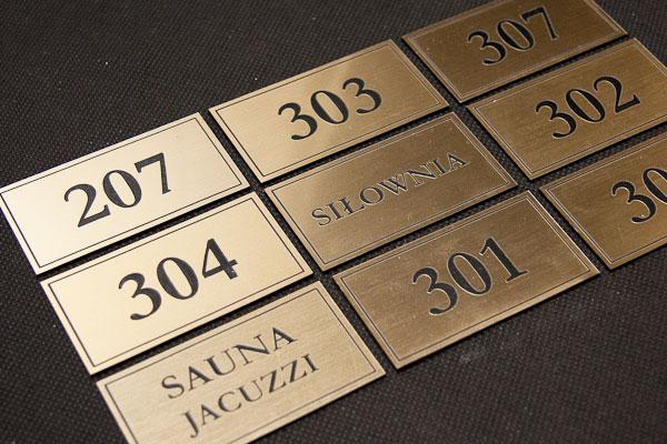 Ozdobne numerki na drzwi na złoto-czarnym szczotkowanym laminacie