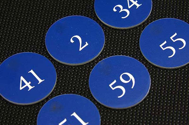Okragłe samoprzylepne grawerowane numerki na drzwi