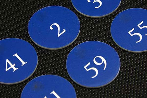 Numerek na krzesło fotel w teatrze, niebiesko-biały grawerowany