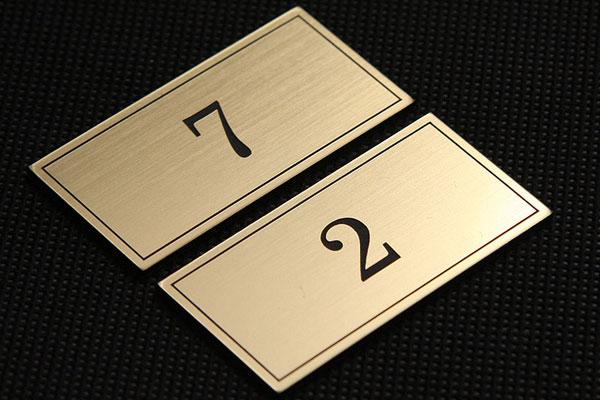Numerki na szafki w szatni w firmie,grawerowane, złoto-czarne, ozdobne