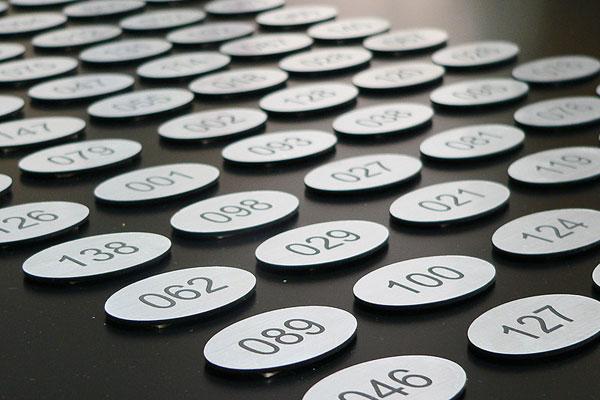 Grawerowane numerki na szafkę szkolną, owalne, srebrno-czarne, samoprzylepne