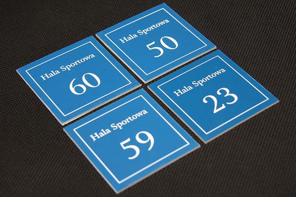 Numerki na szafki sportowe, grawerowane kwadratowe, biało-niebieskie