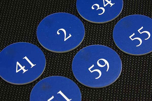 Grawerowane numerki na szafki warsztatowe, okrągłe samoprzylepne, niebiesko-białe