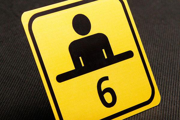 Metalowy numerek na szafkę w urzędzie, żółto-czarny, kwadratowy, drukowany