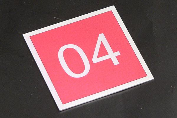 Metalowy numerek na szafkę ubraniową do przebieralni, drukowany, samoprzylepny, srebrno-czerwony