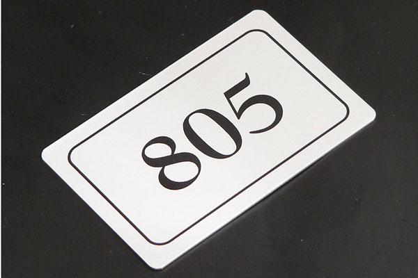 Metalowy numerek na szafkę metalową, samoprzylepny, srebrno-czarny