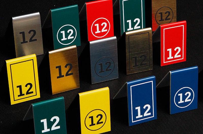 Ozdobne kolorowe tabliczki z numerami stołów