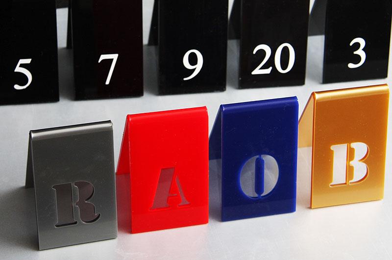 Tabliczki z literkami na stoły