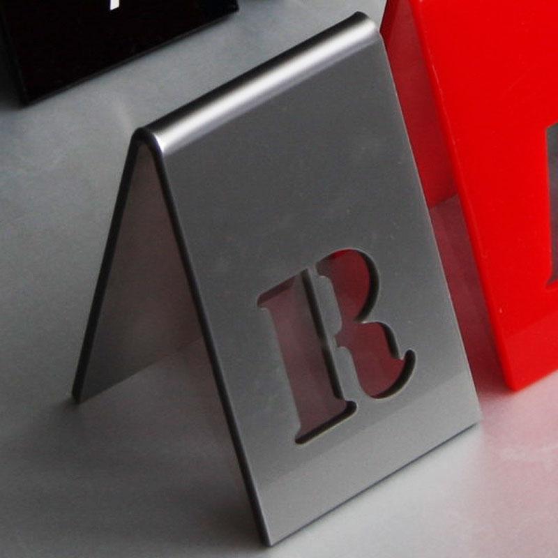 Numer na stół w kolorze srebrnym