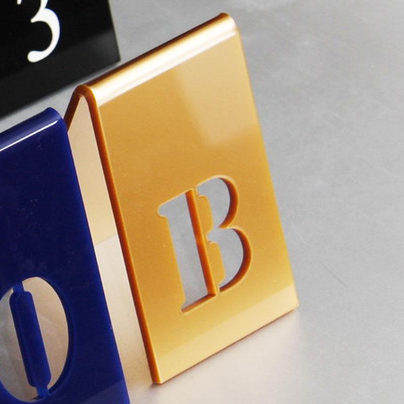 Numer na stół w kolorze złotym