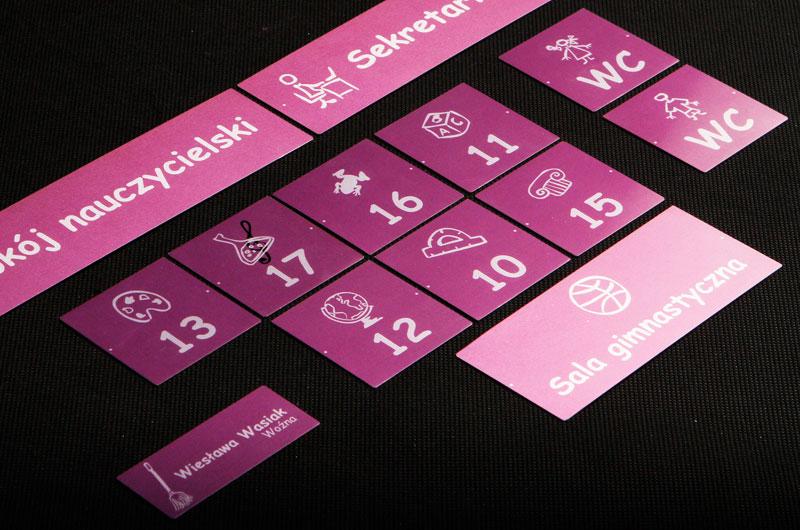 Zestaw tabliczek z numerami i opisami na drzwi w szkole i przedszkolu