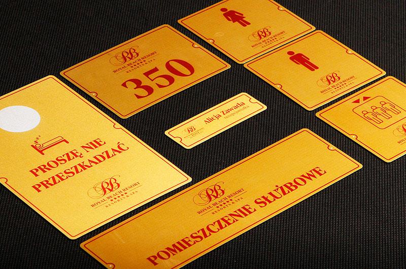 Zestaw tabliczek samoprzylepnych z numerami i opisami na drzwi hotelowe